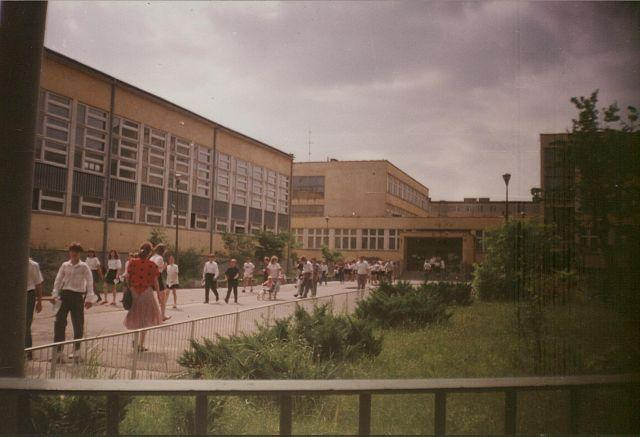 Zakończenie roku szkolnego 1991/1992. Uczniowie i ich rodzice przed głównym wejściem do szkoły.