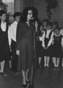 Pani dyrektor Krystyna Kaliszewska w otoczeniu uczniów podczas uroczystości szkolnej