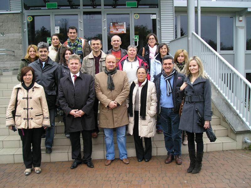 Prezydent miasta, dyrektor i nauczyciele naszej szkoły oraz pedagodzy z krajów partnerskich przed Urzędem Miasta Ostrowca Świętokrzyskiego.