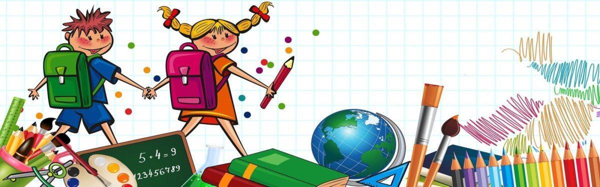 Grafika przedstawia dziewczynkę i chłopca z plecakami. Dzieci trzymają się za ręce. Dziewczynka w prawej ręce trzyma kredkę. Na dole rysunku mamy grafikę przdstawiającą szkolne przybory, m.in. kredki, farby, ksiązki, globus. Tłem rysunku jest zeszyt w kratkę.