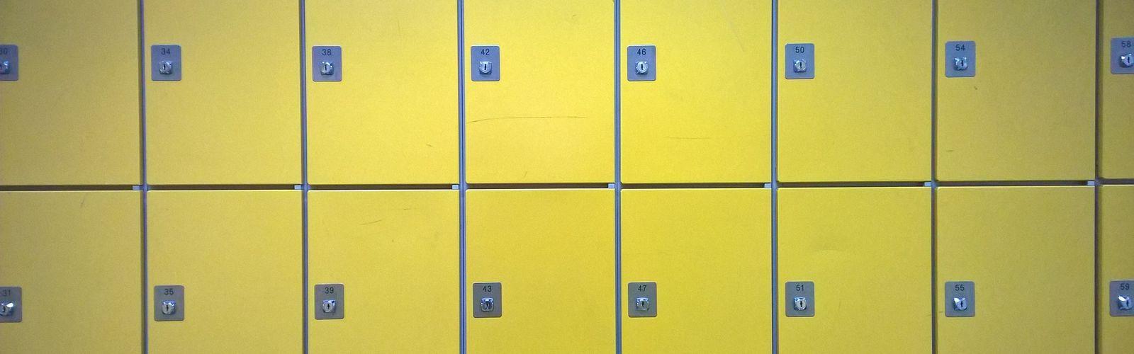 Żółte szafki uczniowskie