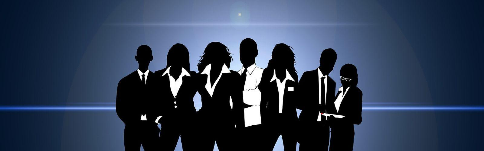 Grafika przedstawia 7 osób.