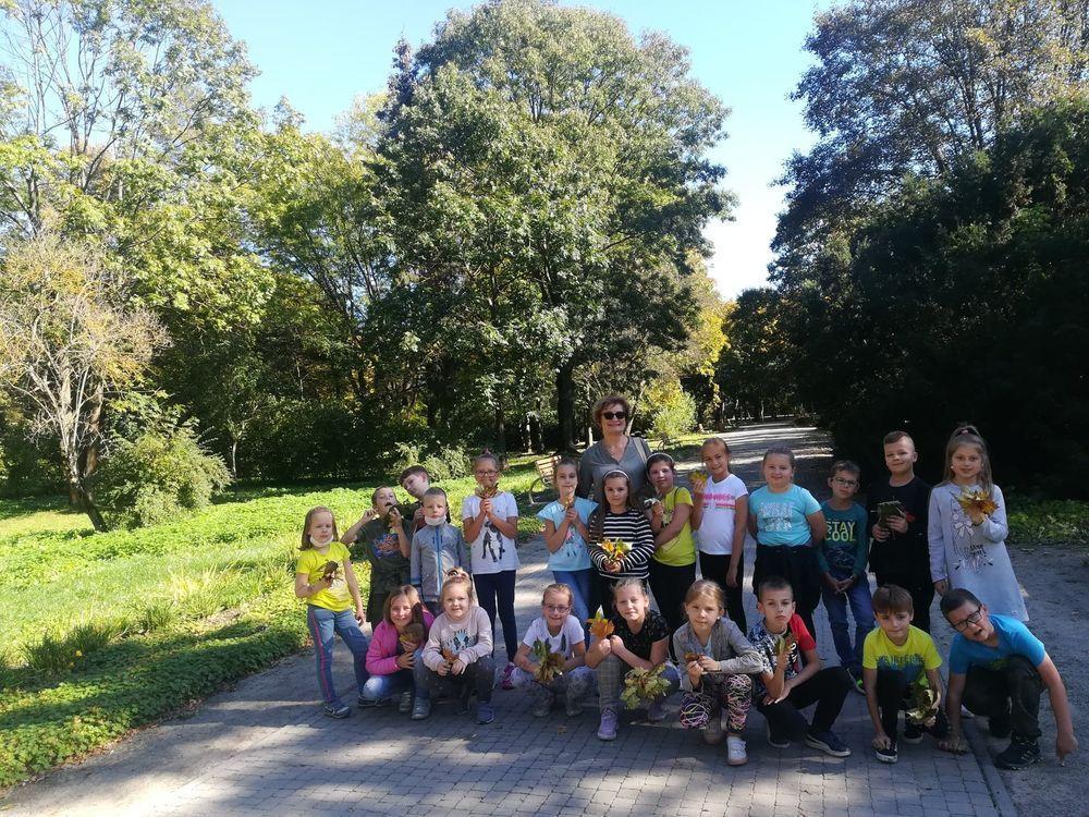 Uczniowie klasy 2e podczas wędrówki w parku miejskim