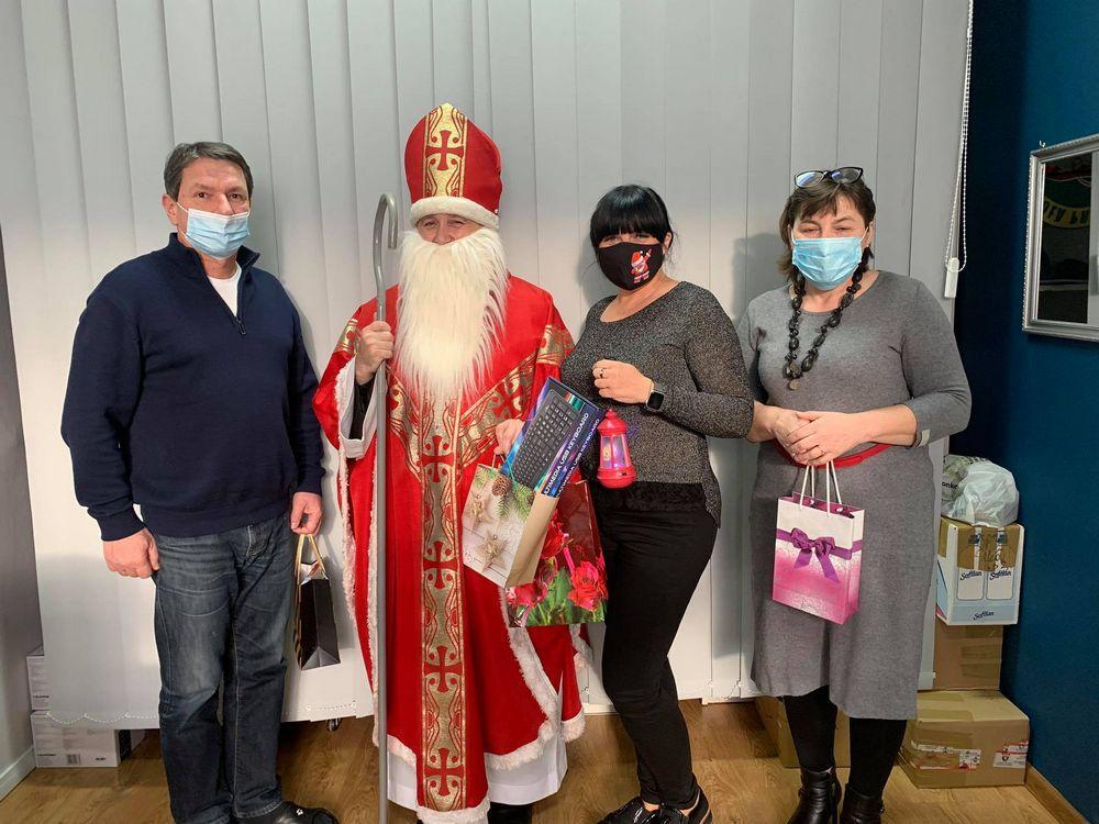 Dyrekcja szkoły ze św. Mikołajem.