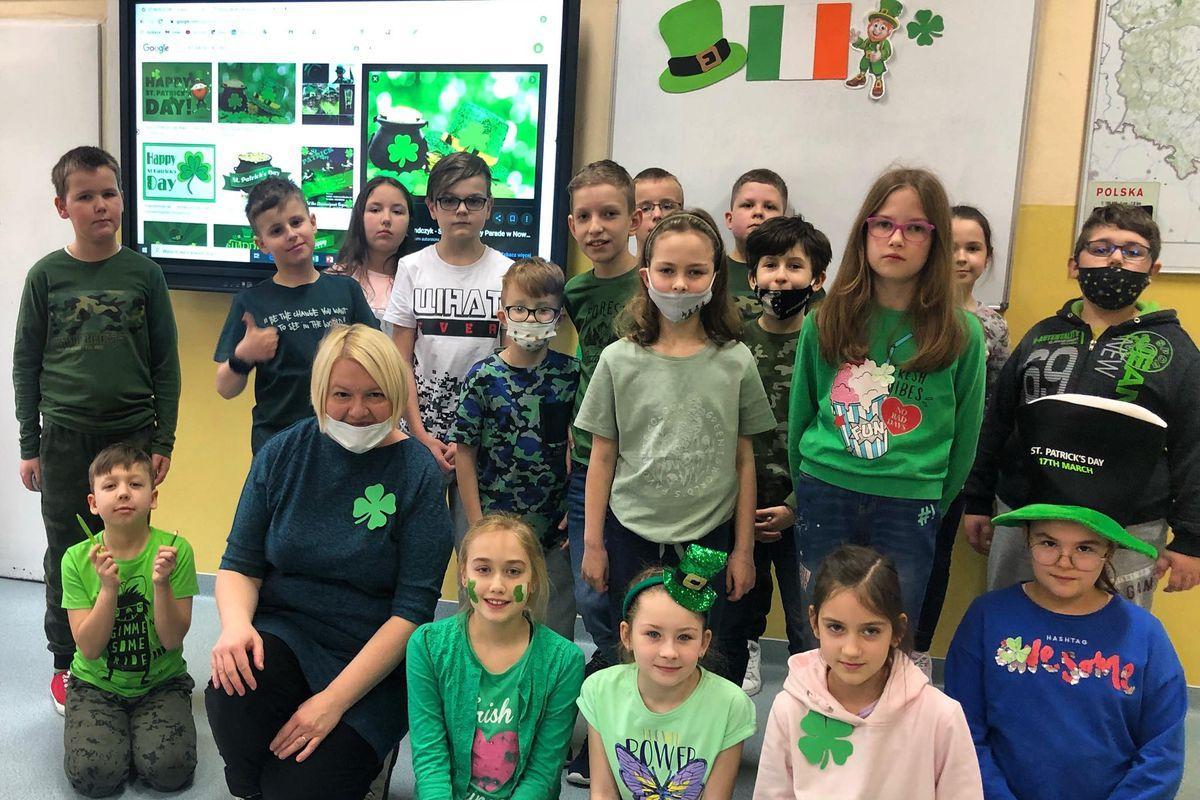 Uczniowie ubrani na zielono świętują Dzień Świętego Patryka.
