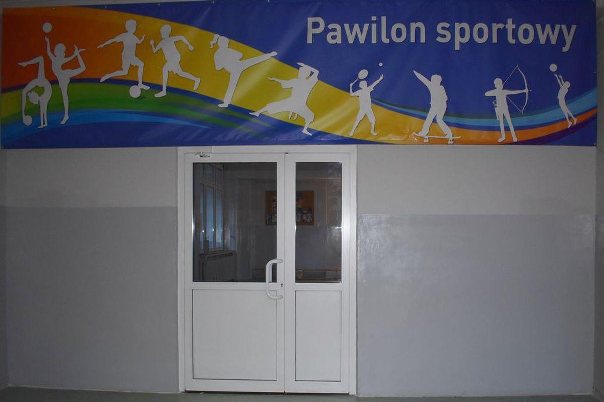 Wejście do pawilonu sportowego
