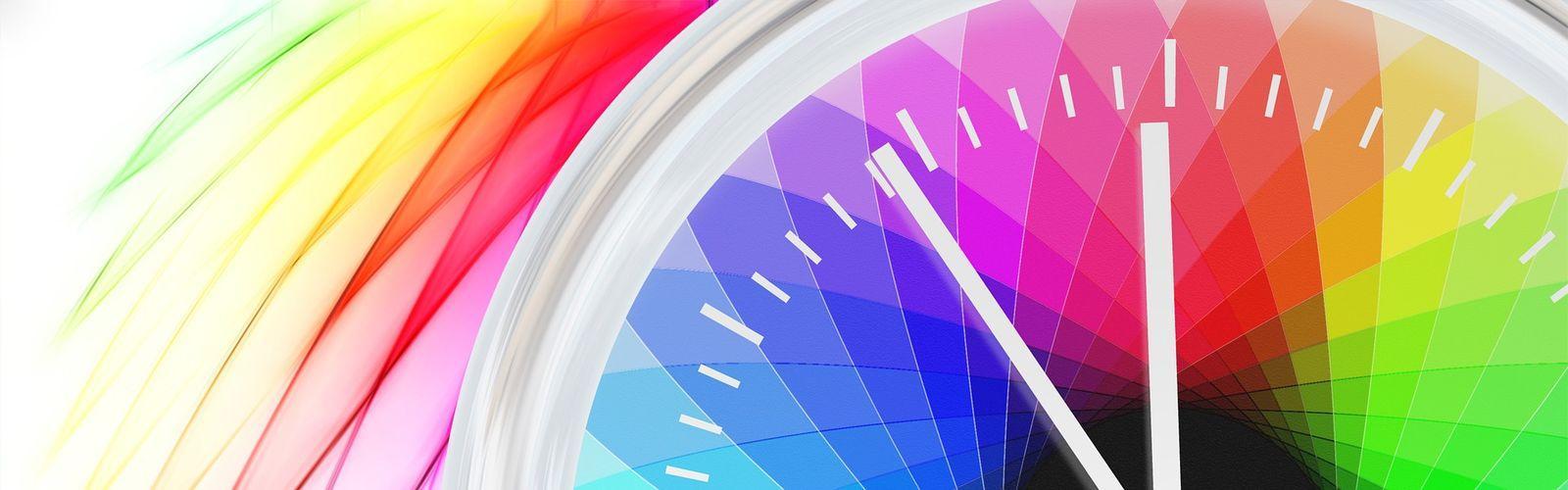 Górna część zegara z kolorową tarczą.