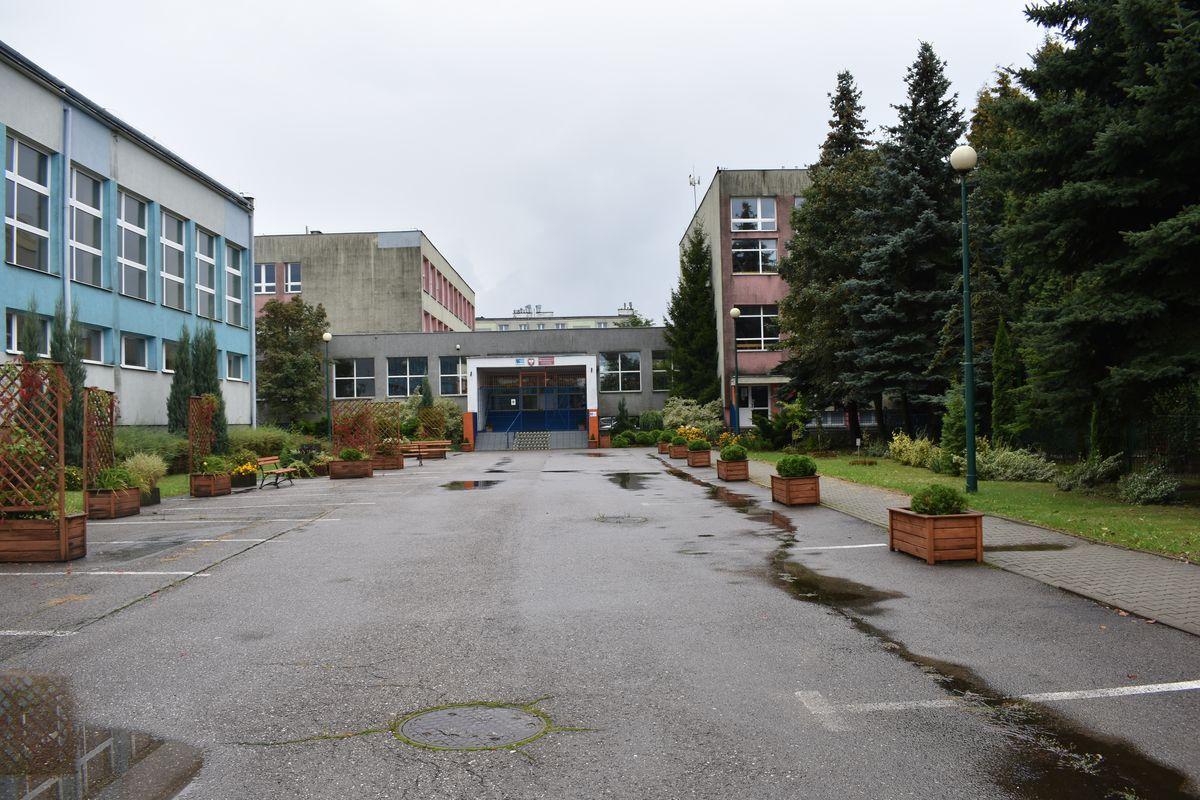 Zdjęcie przedstawia budynek szkoły od strony ulicy Dziewulskiego.