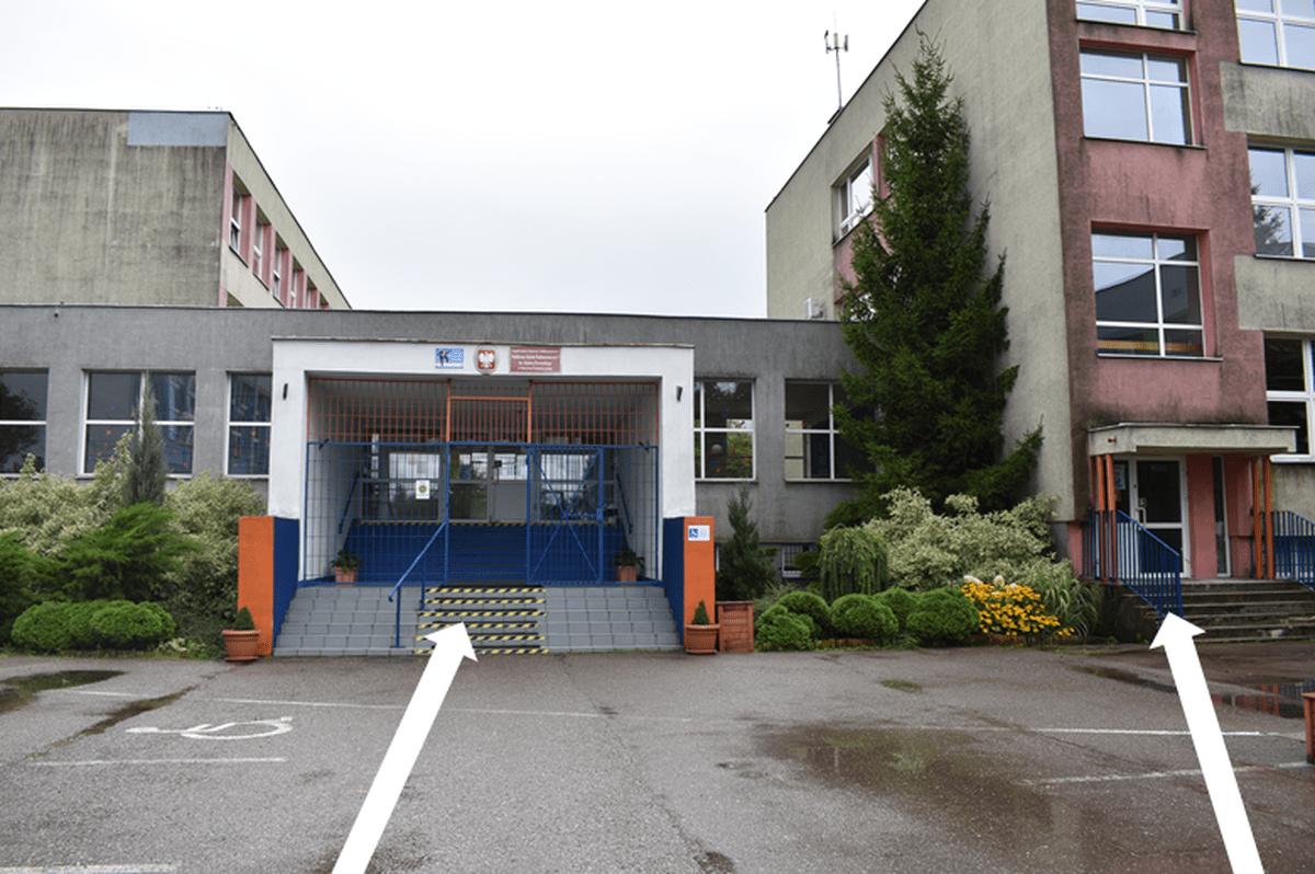 Zdjęcie przedstawia wejście główne oraz wejście boczne do pawilonu czwartego.