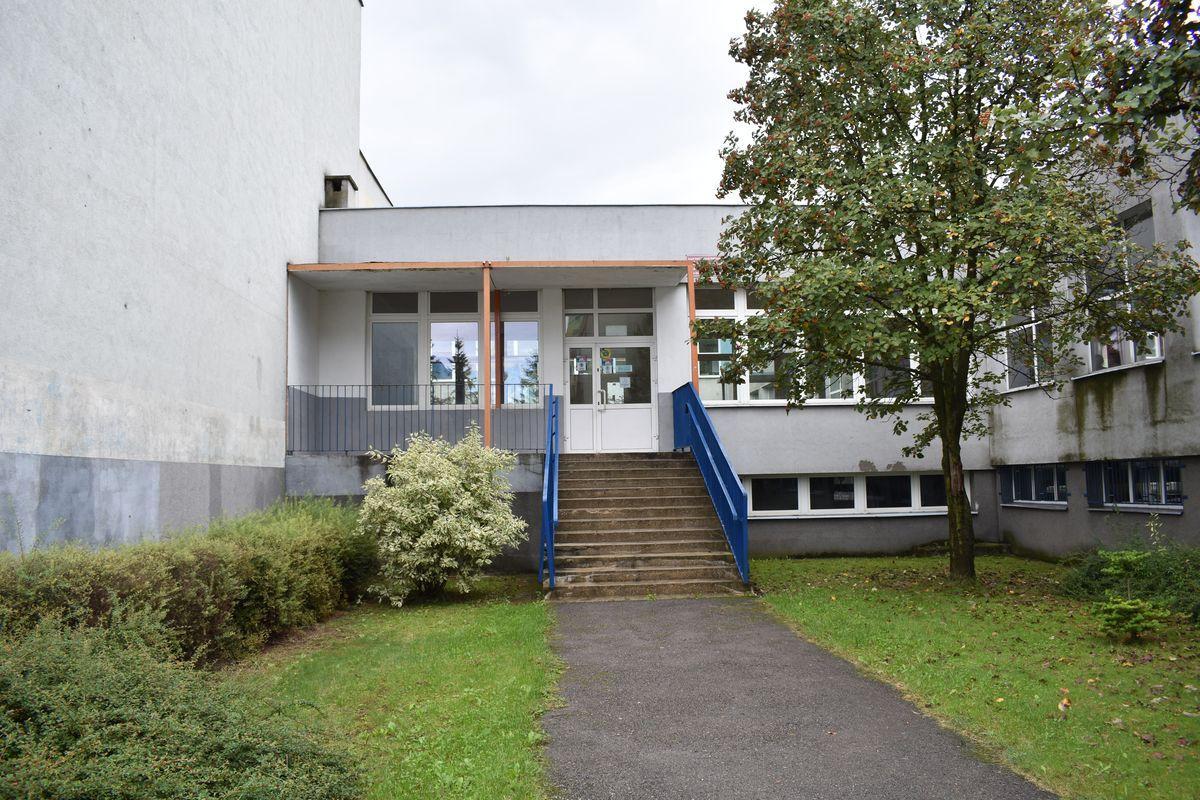 Zdjęcie przedstawia wejście do Międzyszkolnego Ośrodka Gimnastyki Korekcyjno – Kompensacyjnej oraz do pawilonu sportowego.