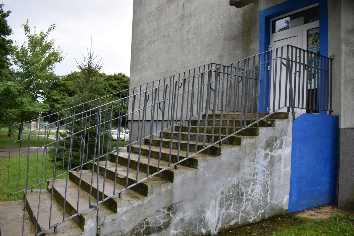 Zdjęcie przedstawia wejście do pawilonu sportowego oraz Szkoły Tańca TWIST.