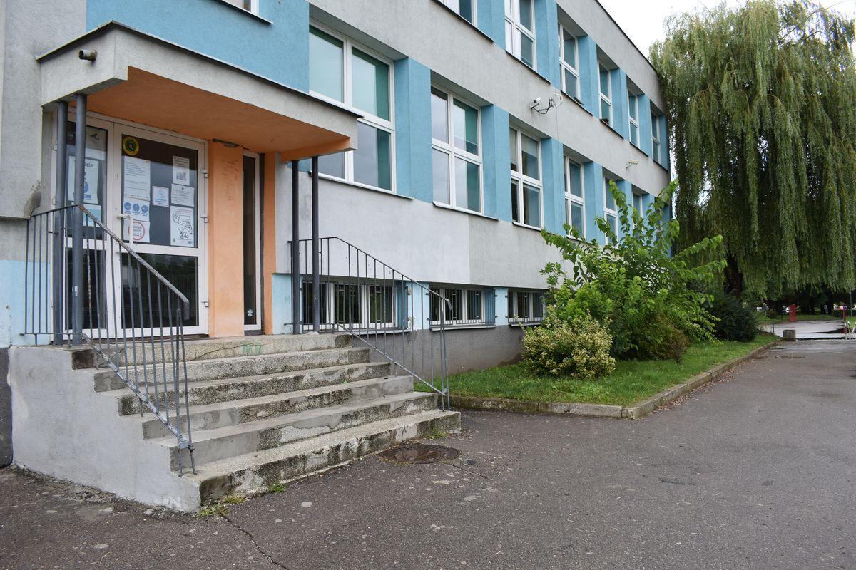 Zdjęcie przedstawia wejście dla uczniów klas młodszych od strony boiska szkolnego do pawilonu pierwszego.