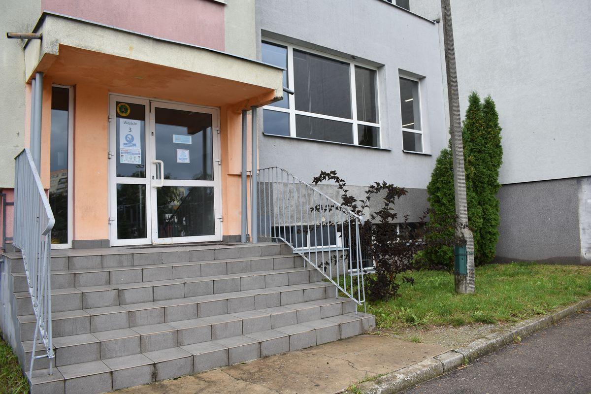 Zdjęcie przedstawia wejście od strony boiska szkolnego do pawilonu drugiego.