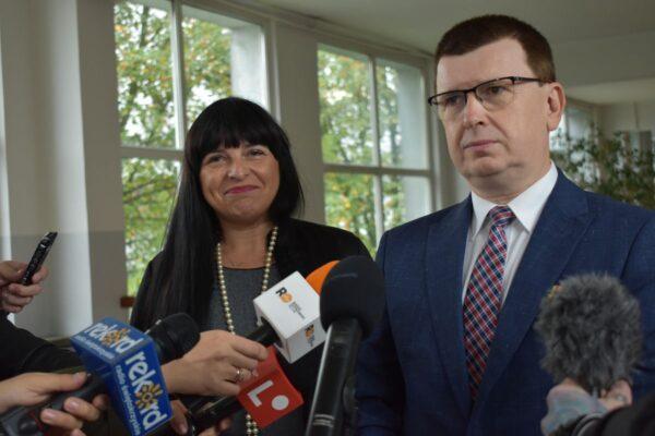 Rozpoczęcie roku szkolnego 2021/2022. Pan Prezydent Ostrowca i pani dyrektor udzielają wywiadu lokalnym mediom.
