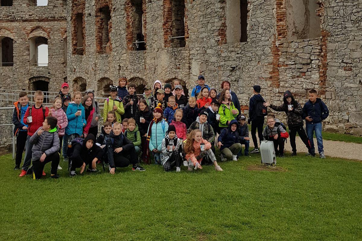 Uczniowie klasy IV d i V b. W tle ruiny zamku w Ujeździe.