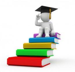 Grafika przedstawiająca ludzika ubranego w czapkę absolwenta i siedzącego na stercie książek